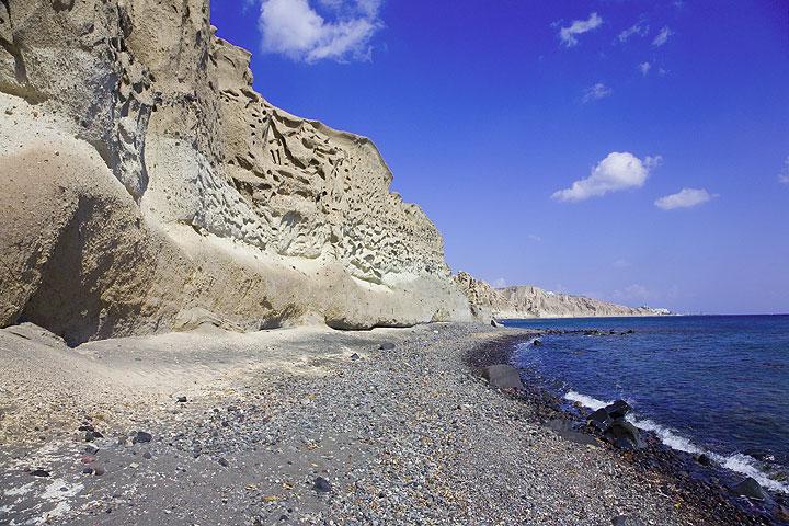 The impressive pumice cliff at the south coast (Santorini Island) (Photo: Tom Pfeiffer)