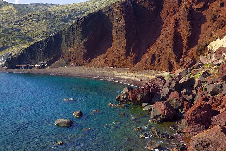 Red beach - a dissected scoria cone (Photo: Tom Pfeiffer)