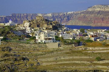 The present-day village of Akrotiri built around the ruins of the Medieval castle. The Santorini caldera in the background. (Photo: Tom Pfeiffer)