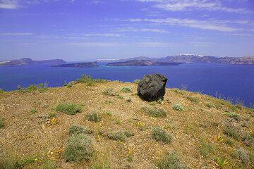 Single black block (ejected in the Minoan eruption 3600 years ago) at the caldera of Santorini (Photo: Tom Pfeiffer)