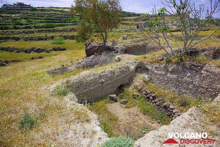 Man-made stone walls, about 4000 years old, found beneath the Minoan pumice layer. (Photo: Tom Pfeiffer)