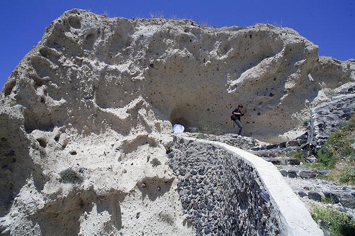 The trail down to Plaka through the Minoan pumice deposit (Photo: Tom Pfeiffer)