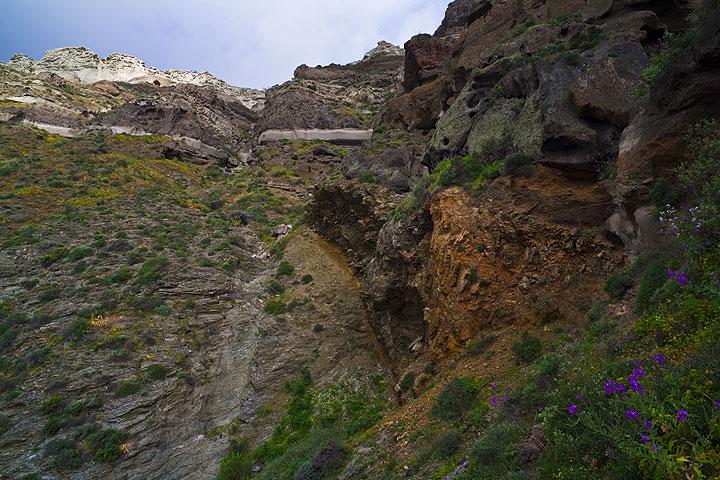 Der Kontakt zwischen dem metamorphen Grundgebirge und den vulkanischen Ablagerungen. (Photo: Tom Pfeiffer)