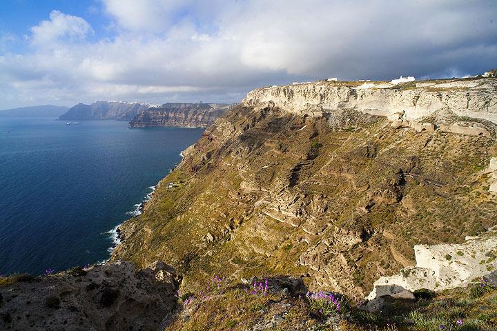 The caldera cliffs of Santorini (Photo: Tom Pfeiffer)
