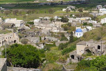 The partly abandoned village Mesa Gonia in the pumice deposits at the northern side of the Pirgos-Profitis Ilias ridge (Santorini island, Greece) (Photo: Tom Pfeiffer)