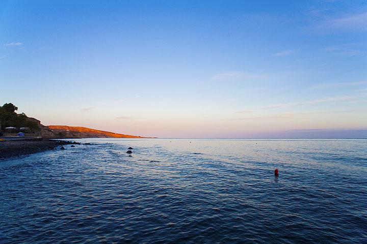 Akrotiri beach in the evening (Photo: Tom Pfeiffer)