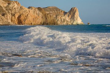 Breaking wave and the white cliffs of Mesa Pigadia (Photo: Tom Pfeiffer)