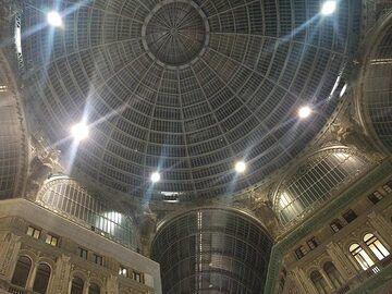 Before dinner we make a short night time walk around Naples and visit the Galleria Umberto I ... (Photo: Ingrid Smet)
