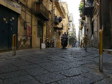 Other local volcanic rocks used to build the city of Naples are the big slabs of lava making up the surface of many narrow streets. (Photo: Ingrid Smet)