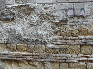 Underneath the facade of Naples' traditional buildings one can recognise the ca. 15,000 year old Neapolitan Yellow Tuff and clay bricks - the exact same building materials used by the Romans in Pompeii and Herculaneum! (Photo: Ingrid Smet)