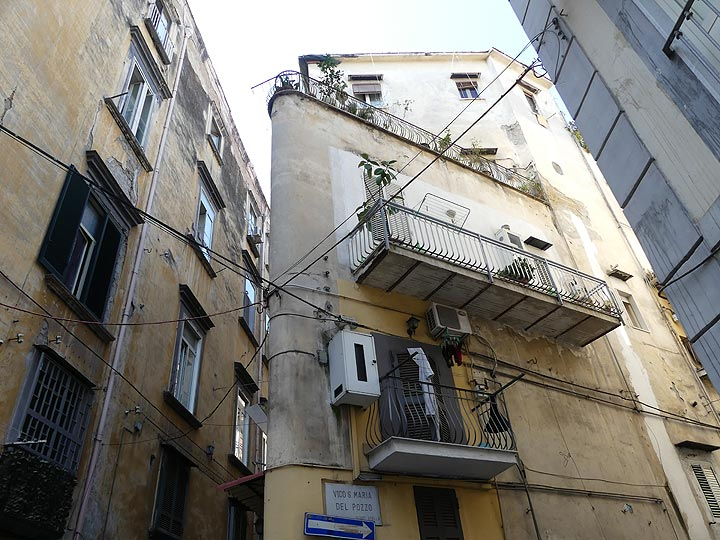 Getting lost in the interesting street lay-out of the historic centre of Naples. (Photo: Ingrid Smet)