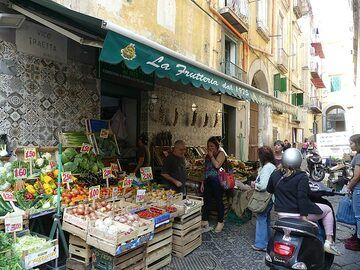 One can purchase fresh produce from the surrounding countryside on almost any corner street corner in Naples. (Photo: Ingrid Smet)