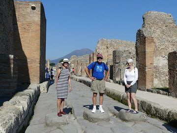 Exploring the streets of Pompeii using the large lava block 'zebra crossings' from ancient times. (Photo: Ingrid Smet)