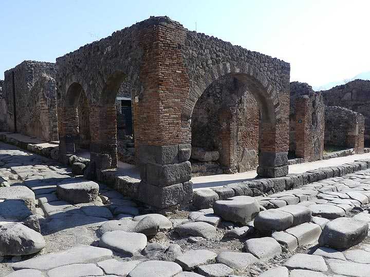 Ancient people used the same materials to construct Pompeii as the Italians did in Naples a few centuries ago: dark lava blocks for the streets and a combination of clay bricks and volcanic tuffs for the buildings. (Photo: Ingrid Smet)