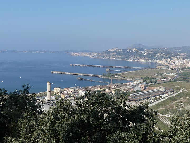 View over the bay of Pozzuoli and the central area of the Phlegrean fields, represented by the superimposed large, partially submarine, calderas formed during powerful eruptions 39,000 and 15,000 years ago. (Photo: Ingrid Smet)
