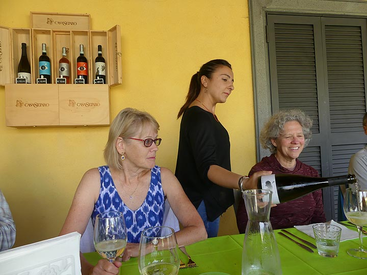 Whilst we taste the excellent wines that are produced on Vesuvius's fertile soil ... (Photo: Ingrid Smet)