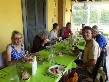 ... we also sample the excellent local vegetables and olive oil used to make bruschetta ... (Photo: Ingrid Smet)