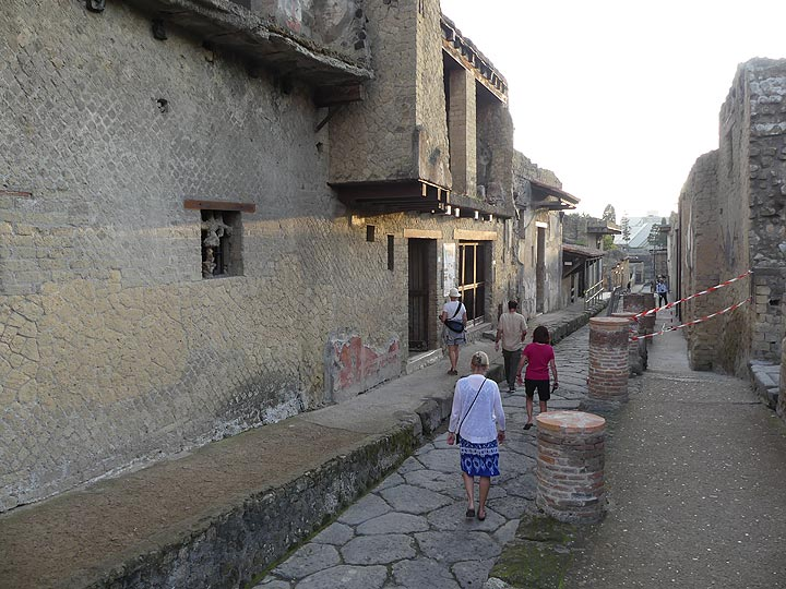 Walking along the streets of the archaeological site of Herculaneum. (Photo: Ingrid Smet)