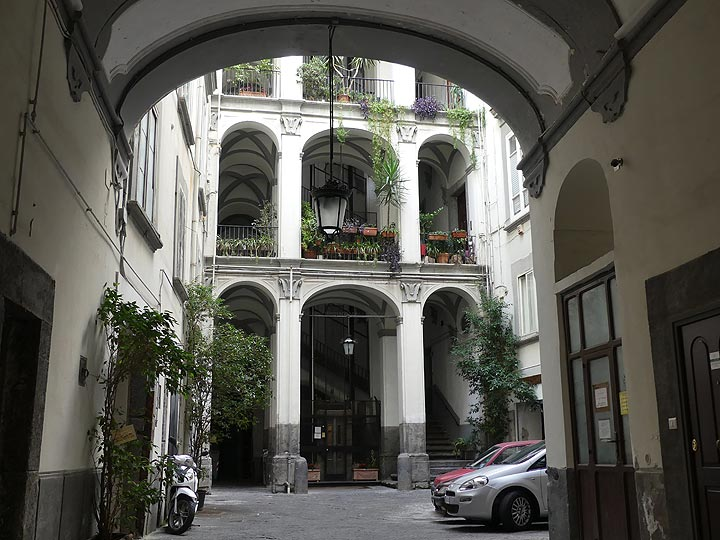 Inner courtyard of one of the centuries' old palazzos in the centre of Naples. (Photo: Ingrid Smet)