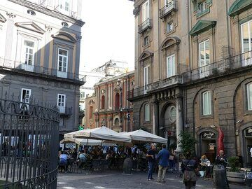 The historic center of Naples is contains many stately buildings and little squares with cozy bars. (Photo: Ingrid Smet)