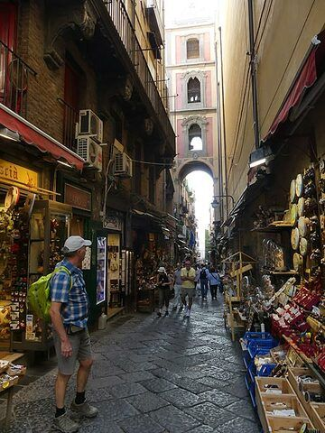 The narrow streets in the historic center of Naples often have a basaltic lava cobbled road (Photo: Ingrid Smet)