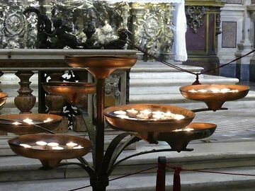 Burning candles at one of the altars in the cathedral of Naples. (Photo: Ingrid Smet)