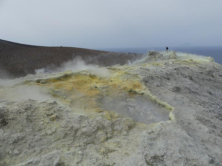 Although unpleasant, the volcanic gasses are not dangerous so one can walk in between the fumaroles along the crater rim... (Photo: Ingrid Smet)