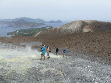 ... exploring and observing the different colours and shapes of the many sulfur deposits along the way. (Photo: Ingrid Smet)