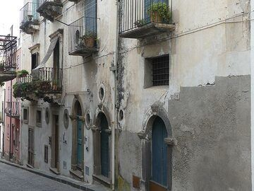 The architecture on the Aeolian islands is different from the one on Naples and has more arabic influences, although narrow streets and balconies remain an important characteristic. (Photo: Ingrid Smet)