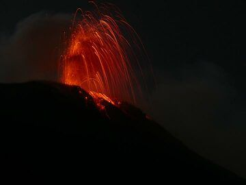... where upon arrival we quickly drop our luggage at the hotel and hike up to a viewpoint along the Sciara where Stromboli pays us his usual fiery welcome! (Photo: Ingrid Smet)