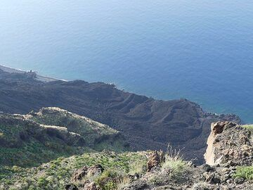 Looking down the Sciara del Fuoco we see the darker coloured lava flows on its northern edge which erupted during the rare lava flow phases in the past 2 decades. (Photo: Ingrid Smet)