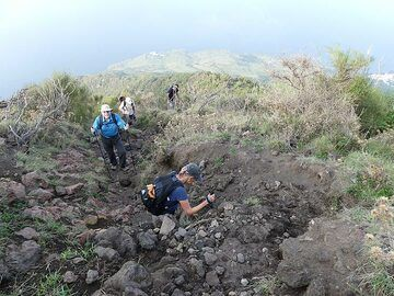 The trail soon becomes narrower and steeper as we follow the northeastern rim of the large collapse scar 'Sciara del Fuoco'. (Photo: Ingrid Smet)