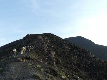 As we get closer to the summit area we see other groups hiking up to the highest point (background right) (Photo: Ingrid Smet)