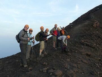 We put on some warmer clothes and are ready to undertake the final hike to the summit... (Photo: Ingrid Smet)