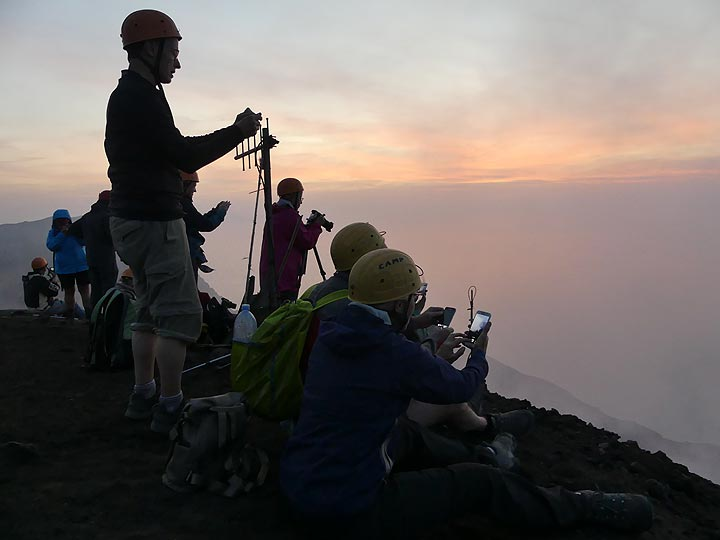 ... from where we are settling to observe and photograph the volcanic fireworks for the next ca 1,5 hours. (Photo: Ingrid Smet)