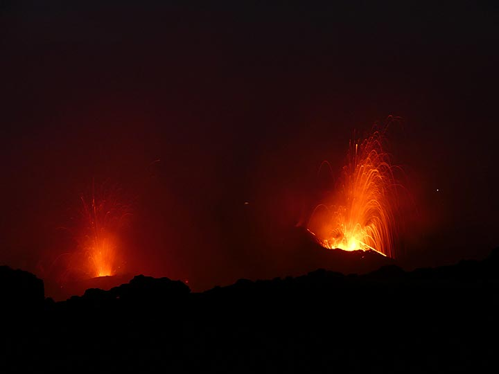 At times there are even 2 vents that simultaneously have Strombolian explosions (Photo: Ingrid Smet)