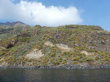 Sailing clockwise around Stromboli we can observe the different volcanic layers that have built up this majestic volcano over the past ca 160,000 years. (Photo: Ingrid Smet)