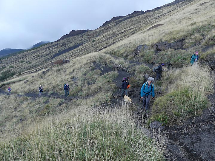 Despite the somewhat grey and windy weather we decide to do an afternoon hike to the southern edge of the Valle del Bove. (Photo: Ingrid Smet)
