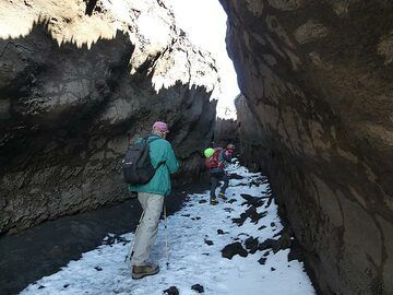 On the way back to the cable car we hike through a recent lava channel. (Photo: Ingrid Smet)
