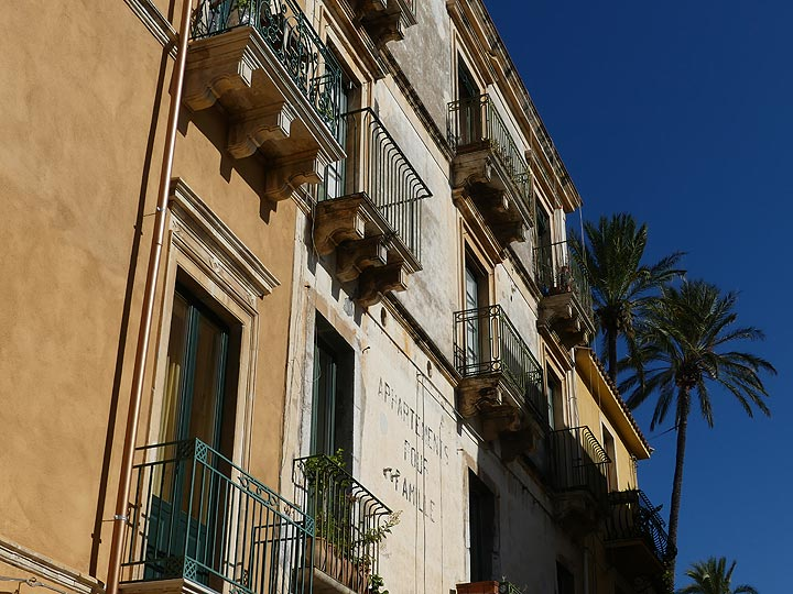 Stately architecture and warm colours of the historic buildings in Taormina. (Photo: Ingrid Smet)