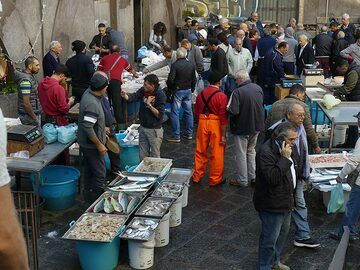 A lively Friday morning market with lots of fresh fish brought in earlier that day. (Photo: Ingrid Smet)