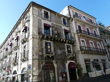 Just like Naples, the historic center of Catania has interesting architecture... (Photo: Ingrid Smet)