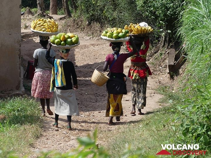 Day 2 - Rwandan women carrying the harvest from the fields to a local market (Photo: Ingrid Smet)