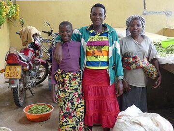 Day 2 - Rwandan women selling their harvest at the local farmers´ market (Photo: Ingrid Smet)