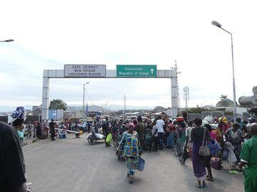 Day 2 - At the ´little border´ between Rwanda and DR Congo which ten thousands of citizens cross on a daily basis (Photo: Ingrid Smet)