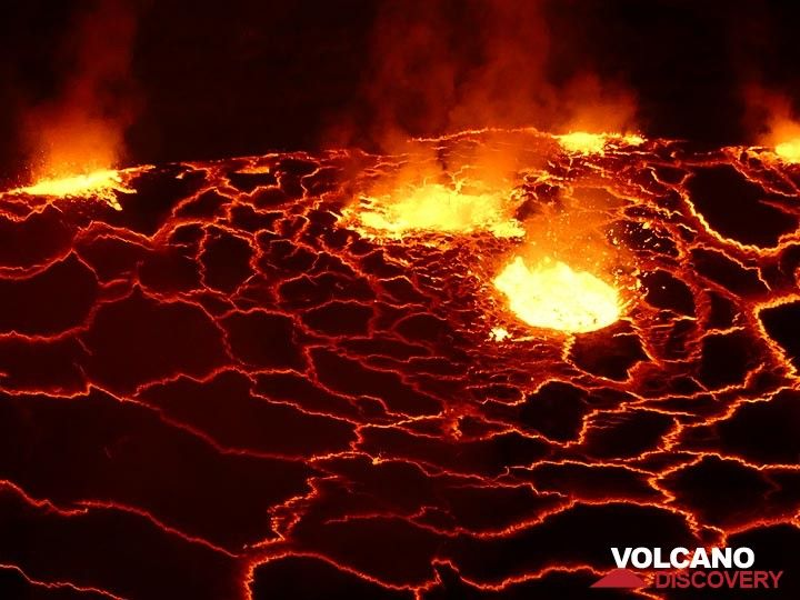 Day 3 - At different locations, the lava lake´s surface is broken up by large gas bubbles rising up and exploding at the surface (Photo: Ingrid Smet)