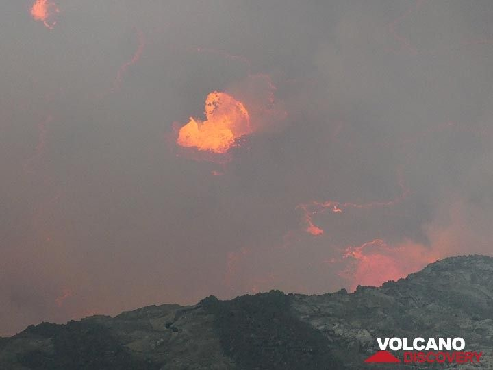 Day 4 - Through the haze of volcanic gasses we see large lava bubbles exploding at the lake´s surface (Photo: Ingrid Smet)