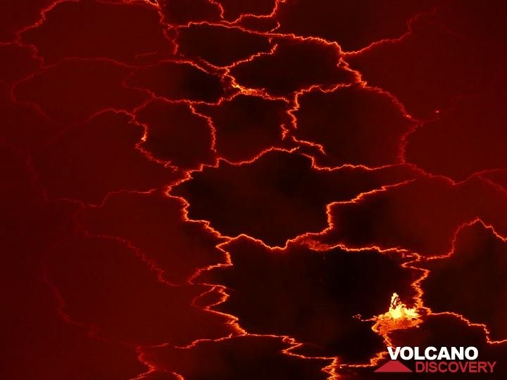Day 4 - Geometric pattern of the lava lake´s crust seen in between volcanic gas plumes (Photo: Ingrid Smet)