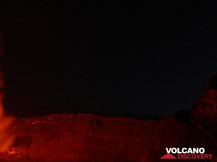 Day 5 - Starry night sky above the steep caldera walls illuminated by the lava lake´s red glow (Photo: Ingrid Smet)