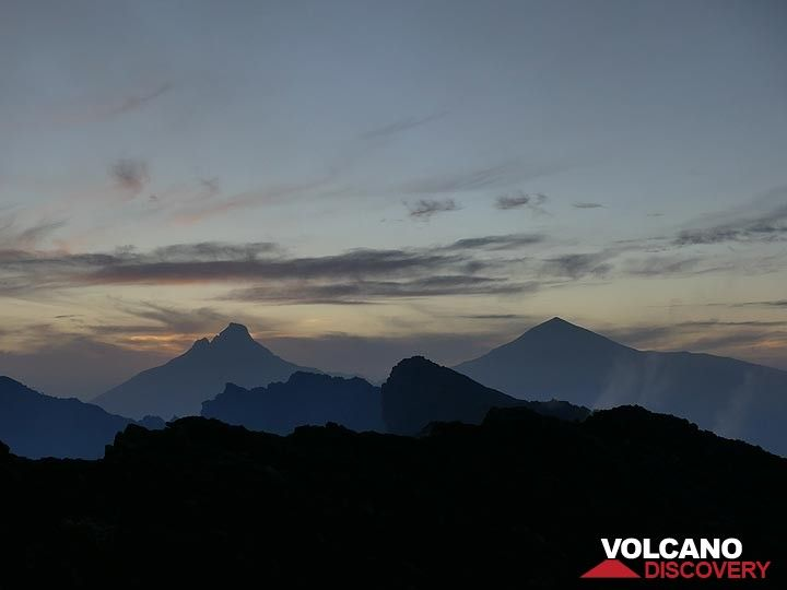 Day 5 - Silhouettes of Mikeno (left) and Karisimbi (right) volcanoes behind Nyiragongo´s eastern caldera rim (Photo: Ingrid Smet)